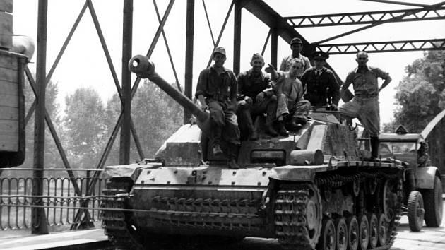Vojenská technika na mostě přes Labe
