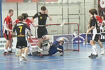 Florbalisté SKP Nymburk se radují ze vstřelené branky. Ze dvou zápasů  vykázali padesátiprocentní úspěšnost
