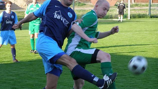 Z fotbalového utkání krajského přeboru Polaban Nymburk - Libiš (2:5)