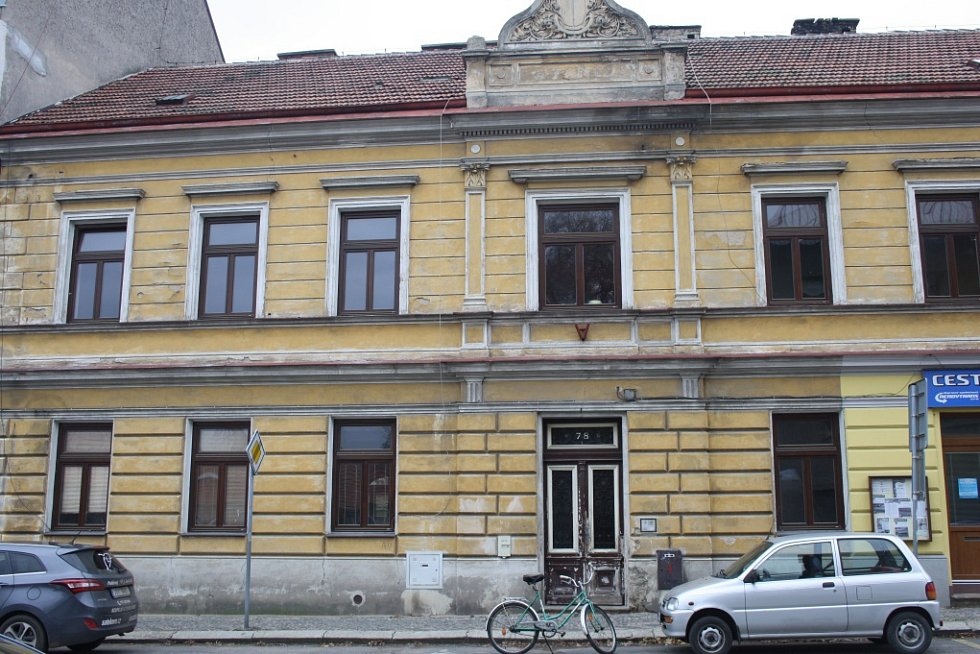 Záchod na chodbě pro tři byty, kamna na uhlí a několik desítek let protékající střecha. Tak vypadal dům čp. 78 z roku 1921 v Sadské, kde ještě loni bydleli lidé v městských bytech v takových podmínkách, jako v polovině minulého století.