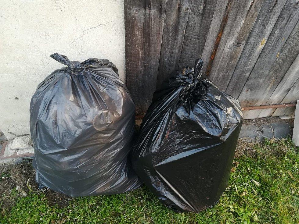 Úklid odpadků v Krchlebech u Nymburka.
