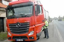 Policisté kontrolují stovky aut, zaměřují se na kamiony