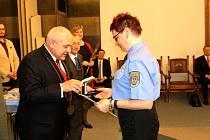 V obřadní síni dostali Pamětní listy starosty města záchranáři.