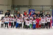 VELKÝ ZÁJEM byl mezi dětmi o to, aby si na zimním stadionu v Poděbradech vyzkoušely, jaké to je být hokejistou