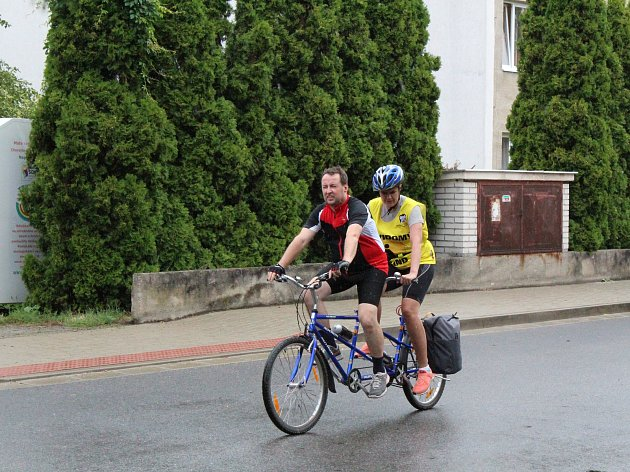 Soustředění zrakově postižených cyklistů na dvojkolech v Poděbradech začalo v neděli první jízdou po Nymbursku.