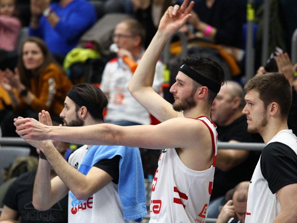 Z basketbalového utkání Ligy mistrů Nymburk - Peristeri (84:72)