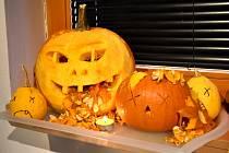 V časech zákazu vycházení si málokdo může prohlédnout tradiční halloweenskou výzdobu.
