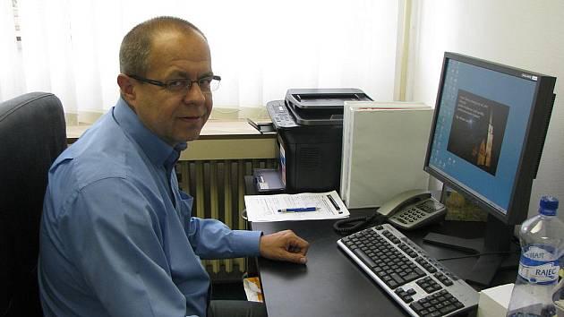 Poslanec Miroslav Jeník ve své kanceláři.