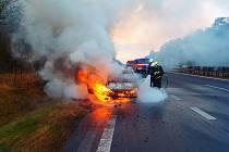 Na dálnici D11 poblíž Libice nad Cidlinou shořelo osobní auto.