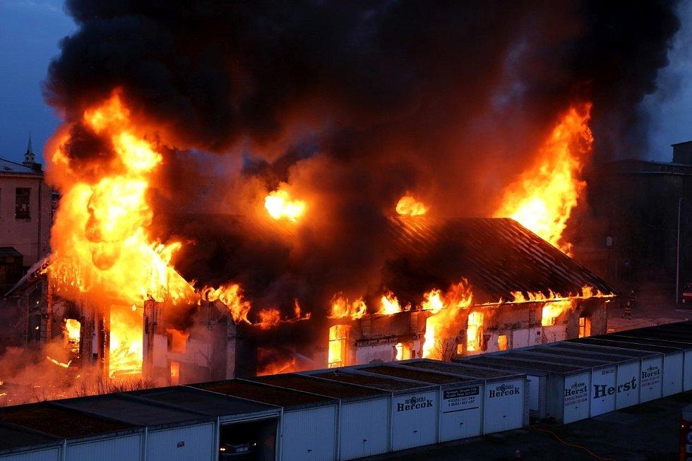 Pohled na hořící halu v Nymburce ze sídlištního bytu.