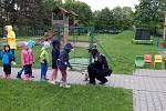 Strážníci zavítali do školy Adélka. Dětem předvedli ukázky ze své práce. I to, jak se třeba odchytávají psi.