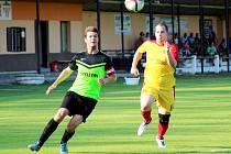 KAPITÁN královéměsteckých fotbalistů Miroslav Velenský (vlevo) vyšel v pohárovém zápase střelecky naprázdno a i proto jeho tým skončil. Městec prohrál s Dolním Bousovem 2:5.