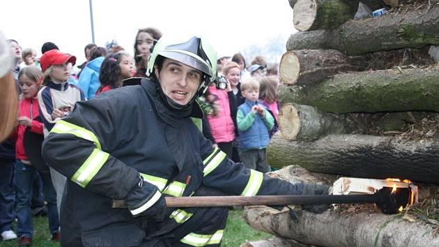 Zapalování ohně v Nymburce.