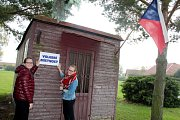 Nejkurióznější volební místnost mají tradičně v Běruničkách u Městce Králové. Využívají buňku stojící uprostřed obce, která je jinak nevyužitá. Ani tady však po začátku příliš velký zájem o volby nebyl.