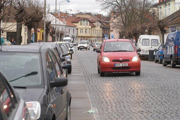 Kritika nového systému placeného parkování v Lysé nad Labem se nadále stupňuje. Už běží i petiční akce.