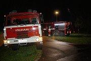 Na přejezdu v Tyršově ulici stála souprava, která ženu srazila. Policisté, hasiči a drážní specialisté prohledávali místo činu nedaleko železničního mostu.