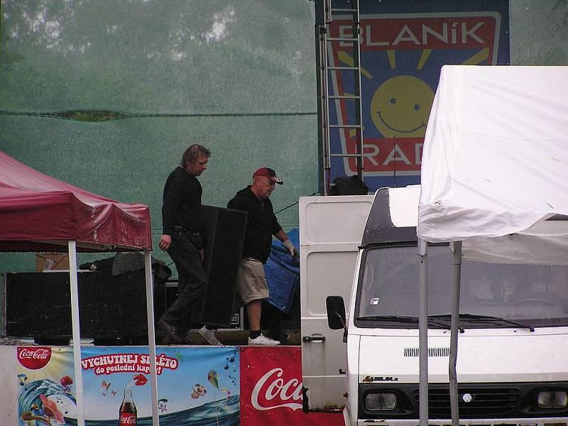 Country a folk festival podruhé na Jezeře byl druhý den odpískán kvůli mokru.