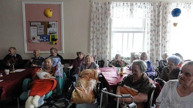 V domově pro seniory ochutnaly slovesnké jídlo, kulturu i si zazpívali.