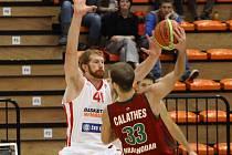 ČTVRTÉ SETKÁNÍ. Nymburský basketbalista Drew Naymick (vlevo) se postaví proti Rudupisu už počtvrté