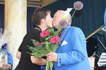 Josef Jína v srpnu 2013 při přijímání gratulací při příležitosti koncertu Big bandu k jeho osmdesátým narozeninám.