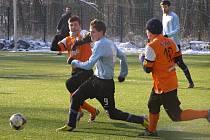Fotbalisté Libice vyhráli nad Poděbrady jasně čtyři nula a nechali tak zapomenout na debakl z prvního kola. Na snímku se snaží obrat o míč poděbradského Tomáše Brtka (číslo 9) libičtí borci Martin Billý (vlevo) a Jan Beneš