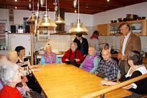 Kolektiv klientů Luxoru s ředitelem Jaromírem Novákem (vpravo) v kuchyňce.