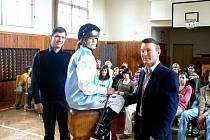 Dymokurské děti se setkaly v tělocvičně místní školy s australským žokejem Paulem Francisem Hamblinem (na snímku vpravo)