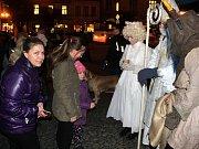 Čert s Mikulášem a andělem čekali děti i na nymburském náměstí.