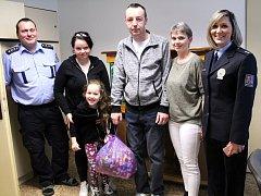 Policista Vladimír Suchánek (uprostřed) se zotavuje z těžké nehody. Pomohla i nymburská radnice.