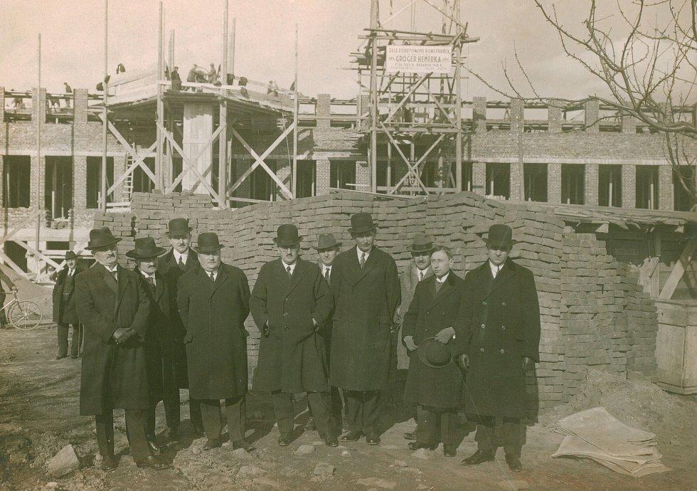 Stavba Hospodářské školy, dnešní zemědělky. Mezi pány je i tehdejší ministr zemědělství, doktor Srdínko.