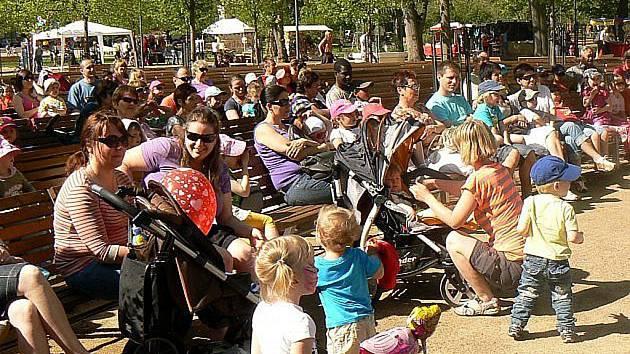 Na slavnostní zahájení sezóny dorazí pravidelně do lázeňského parku stovky lidí.