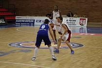 Z basketbalového utkání extraligy žen Nymburk - Karlovy Vary (81:69)