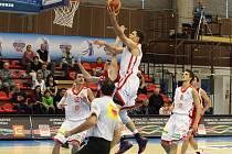 JASNÁ VÝHRA. Basketbalisté Nymburka předvedli hned v úvodním kole, jakým směrem se chtějí v sezoně ubírat