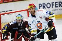 ZÁPAS ROZHODL SOMÍK. Minulý týden si spolu oba týmy zahrály na ledě Chrudimi. Zápas vyhrály Pardubice, když rozhodující branku vstřelil Michalu Valentovi Radovan Somík (vpravo).