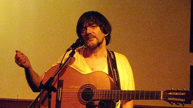 Pepa Nos v Luftu zpíval, hrál a rozpoutal debatu.