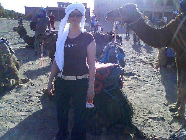 Před naloděním na velbloudy a cestou do noční pouště.