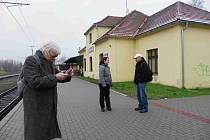 Angličan David, bydlící pět let v Milovicích, se snaží zjistit informace pomocí mobilního telefonu.