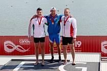 Třikrát zlatý. Kajakář Lokomotivy Nymburk Jiří Kraft (uprostřed) se stal v Szegedu třikrát světovým šampionem