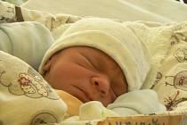 MATÝSEK JE Z LÁZEŇSKÉHO MĚSTA. Matěje Hlavičku, který se narodil 28. února 2015 v 10.27 hodin, si maminka Jana a táta Jiří odvezli domů do Poděbrad. Matýsek po narození vážil 2 440 g a měřil 48 cm.