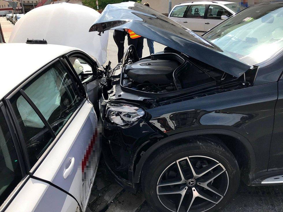 Nehoda před pizzerií v Městci Králové.