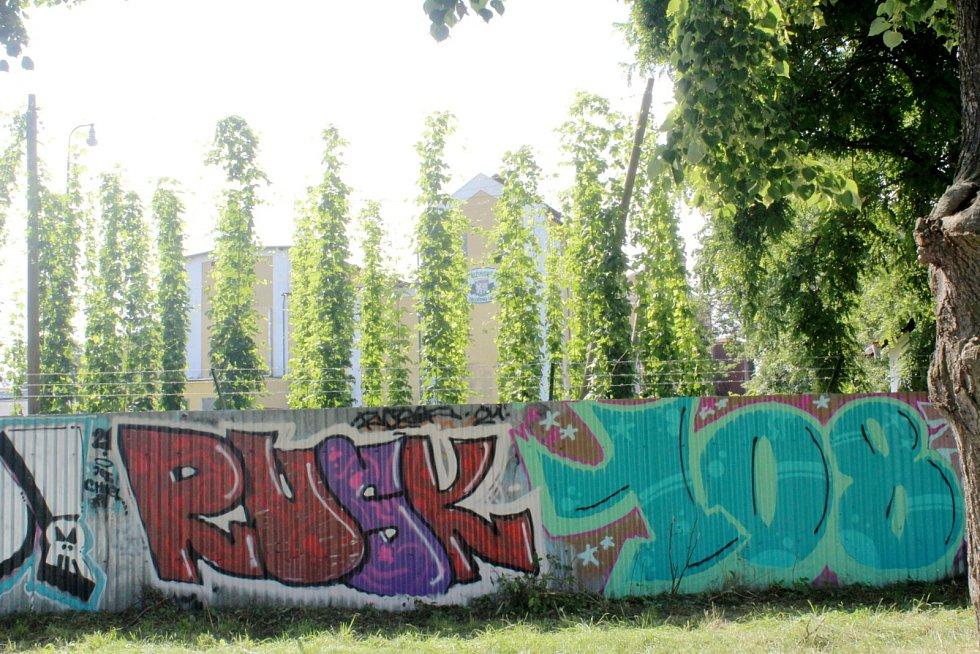 Dlouhá stěna podél pivovaru je plná barev.
