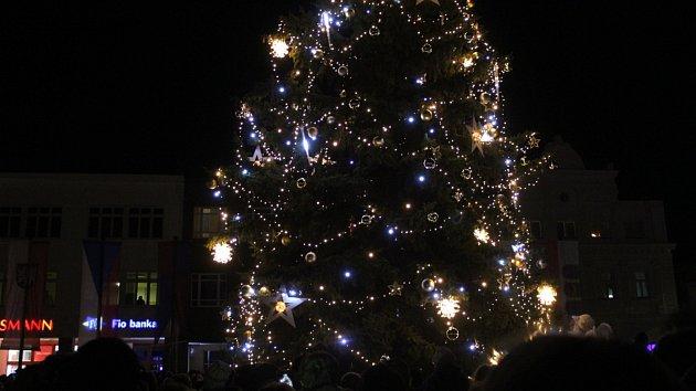 Nymburské náměstí Přemyslovců ozářil Vánoční strom