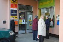 Při vstupu na poštu by měl být nový bankomat