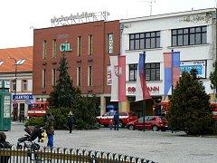 Nymburští hasiči zasahovali u obchodního domu Cíl na náměstí.