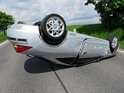 Jedenačtyřicetiletý šofér obrátil svůj vůz u Všechlap na střechu. Při řízení psal textovou zprávu a byl pod vlivem alkoholu.