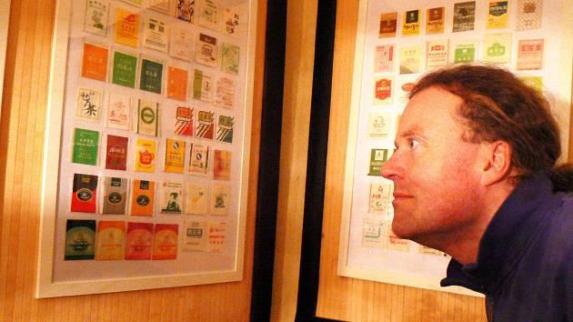 Návštěvníci čajovny Na Valech si mohou na stěnách prohlédnout výstavu zhruba čtyř stovek čajových sáčků, z nichž mnohé už na pohled voní exotikou a dálkou orientálního Východu.