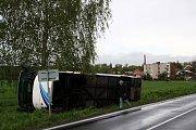 Autobus skončil vedle silnice na pravém boku opřený o břízu.