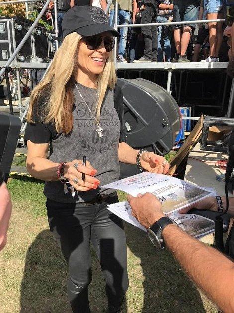 Karen Davidson, pravnučka zakladatele společnosti Harley-Davidson, při předávání cen.