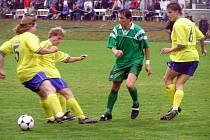 Semický útočník Michal Koštíř (v zeleném) dal v přípravném zápase všechny čtyři branky svého týmu