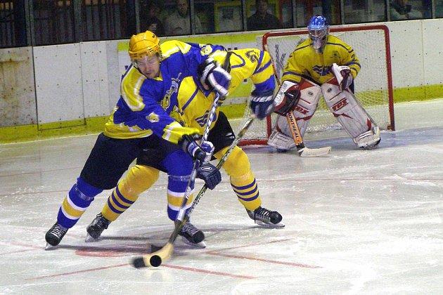 Hokejisté Nymburka (v modrém) vstoupili do odvetných zápasů základní části druhé ligy porážkou na svém ledě od Benešova